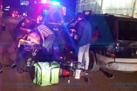 Repartidor de Uber Eats grave al chocar contra una camioneta
