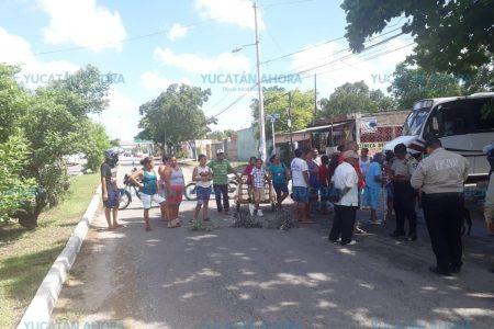 Vecinos cierran calles por no tener luz desde hace tres días