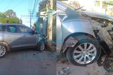 Destroza su camioneta al esquivar un auto que frenó de golpe