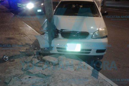 Destroza su auto y un poste al dormirse al volante