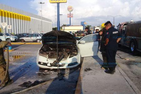 Se quema auto en el estacionamiento de Plaza Dorada