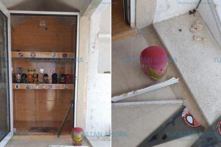 Vandalizan tumba de un niño: le roban sus juguetes