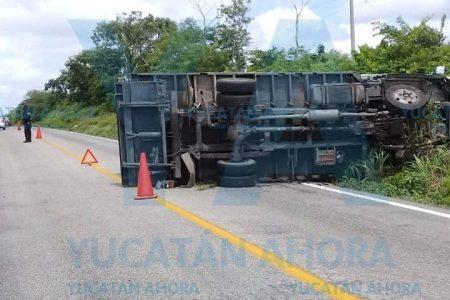 Vuelca camión de carga en la vía Mérida-Cancún
