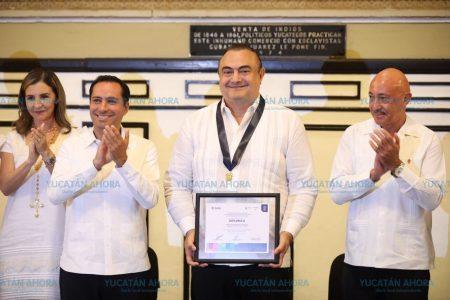Entregan medalla Eligio Ancona a Roberto Abraham Mafud
