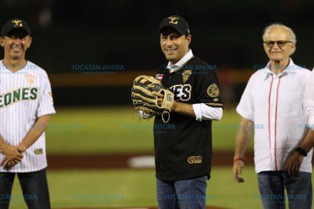Mauricio Vila lanza la primera bola en el Kukulcán