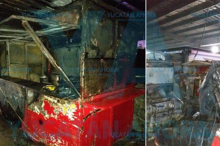 Incendio arrasa con tres puestos en el mercado San Benito