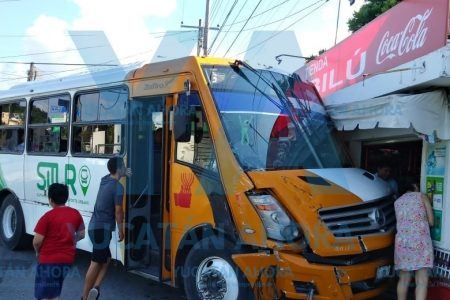 Autobús de Situr casi se mete a una tienda en Chuburná