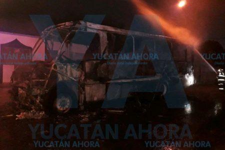 Arde en llamas autobús de la Alianza de Camioneros