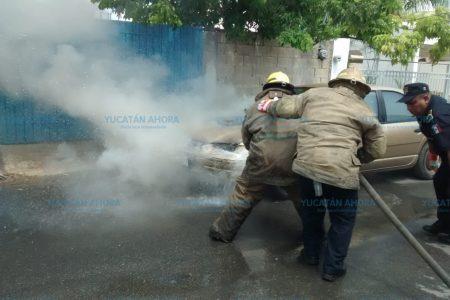 Se quema un auto en calles de la colonia Nuevo Yucatán