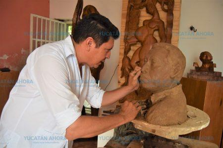 Escultor homenajea al comunicador maya Arux