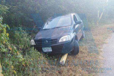 Joven conductora choca contra alambrado de púas