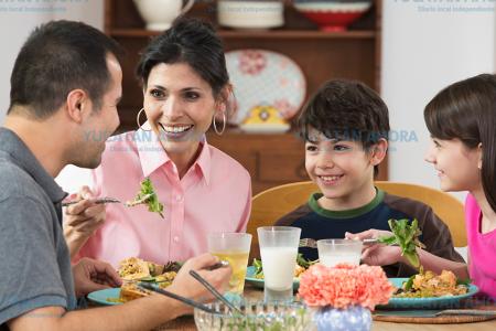 Comer en familia evita que seas un adulto borracho, obeso y diabético