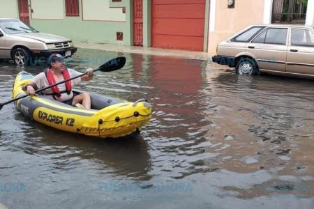 Aprovecha anegada calle de Mérida para dar paseo en kayak