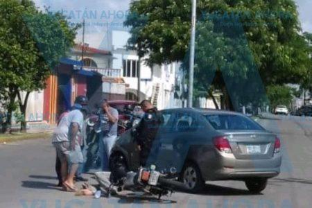 De golpe y porrazo manda al hospital a un motociclista