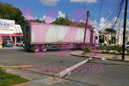 Tractocamión arranca cables y postes de CFE y Telmex en Itzimná