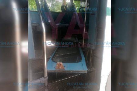 Se desprende la portezuela de un autobús y le cae a una pasajera