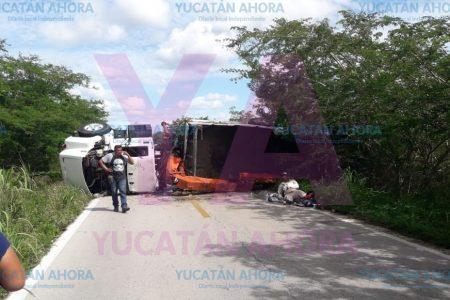 Vuelca y bloquea la carretera Mérida-Celestún