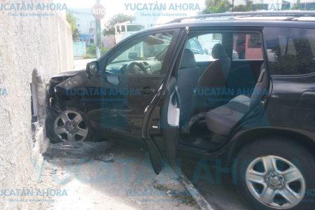 Abuelito impacta su camioneta contra un muro