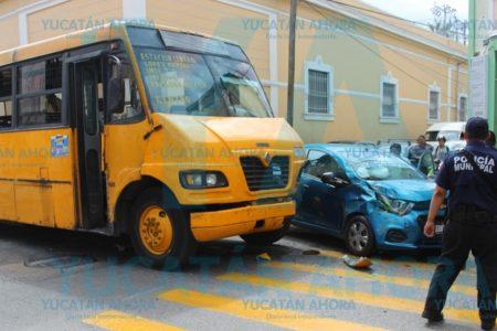 Lo choca un camión de Minis 2000 por ignorar el semáforo