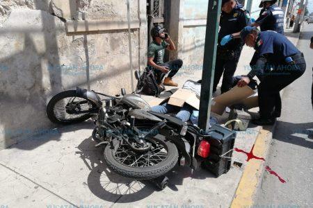 Motociclista choca contra un semáforo en el centro de Mérida