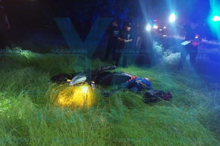 Motociclista lesionada al derrapar por el piso mojado