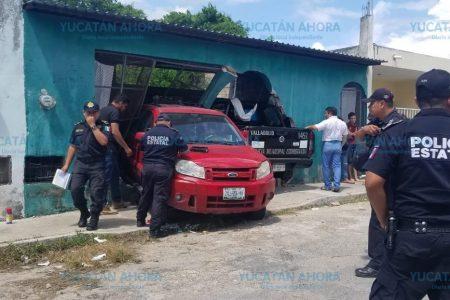 Desastrosa clase de manejo a una policía: patrulla se mete a una casa