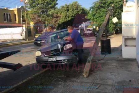 Se sube a la acera y tira un poste, en la avenida Colón