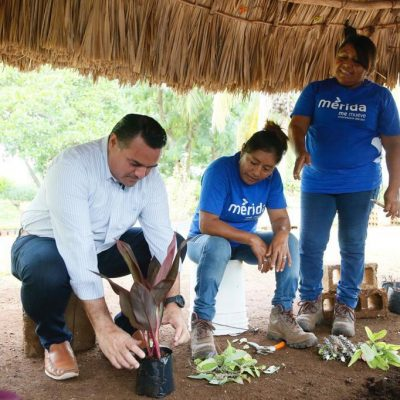 Renán Barrera convive con empleadas del vivero municipal