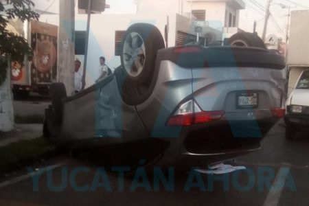 Conductora acaba de cabeza con su camioneta por chocar al ignorar el alto
