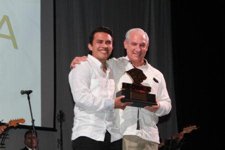 Ricardo Villa Can gana el León Dorado que entrega la Anáhuac Mayab