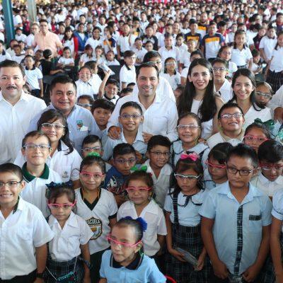 Distribuyen lentes a alumnos de primaria y secundaria en todo Yucatán