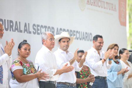 Mauricio Vila entrega apoyos agropecuarios de $198 millones