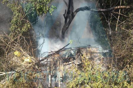 Veracruzanos se salvan de morir quemados al volcar por estallarles una llanta