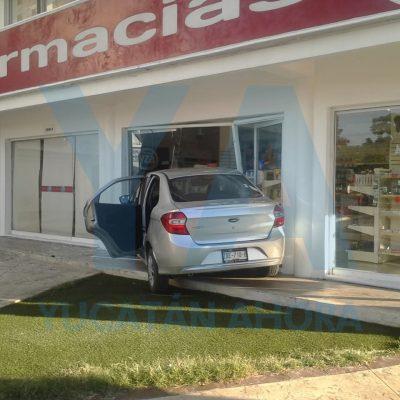 Conductora 'inaugura' el 'autoservicio' en una farmacia de Pinos