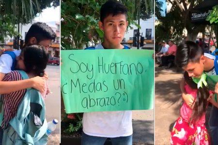 Joven 'huérfano de amor' pide abrazos en la Plaza Grande de Mérida