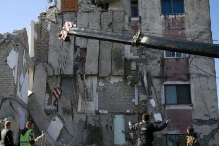 Poderoso sismo sorprende durmiendo a Albania: 13 muertos