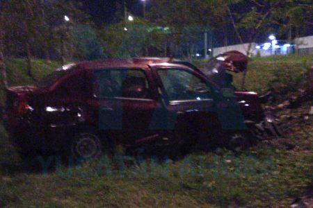 Conductora destroza su auto al dormitar y salirse de la carretera