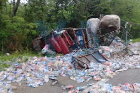 Volcadura y reguero de botellas en la carretera Mérida-Cancún