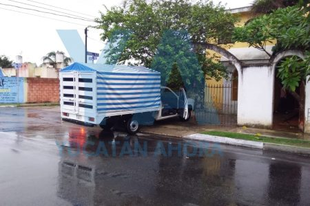 Chocan en Juan Pablo II, en medio de la lluviosa mañana