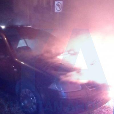 Se quema un auto lanzando llamas como dragón embravecido