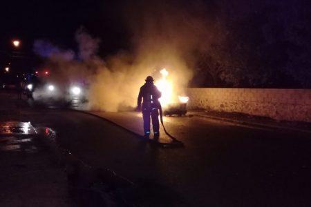 Se les quemó su auto en la Bojórquez: volvían de la Feria de Xmatkuil