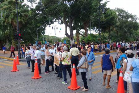 Protestan jubilados del Isstey por descuentos