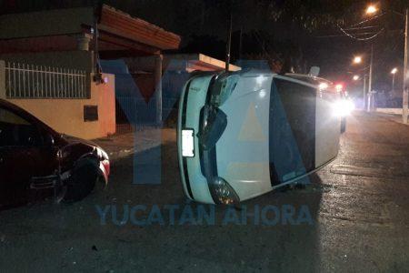 Borrachazo en Yucalpetén: un auto volcado y un ebrio conductor atrapado