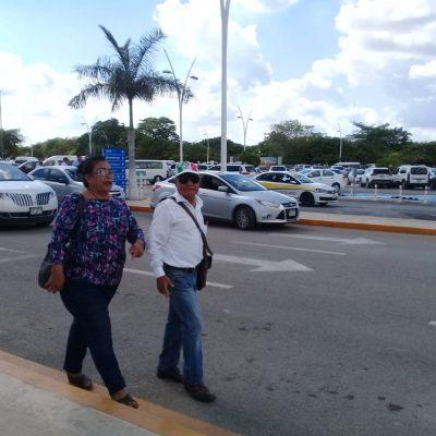 Pareja morenista agrede periodistas y funcionarios, en el aeropuerto