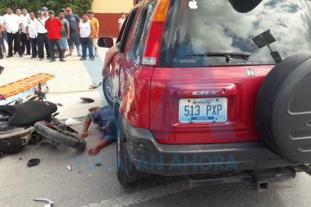 Moto acaba debajo de la camioneta de un turista en Pisté