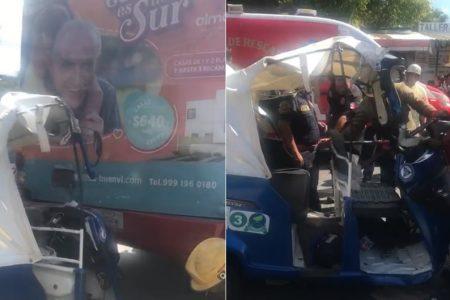Motocarro prensado en la cola de un minibús, en el sur de Mérida