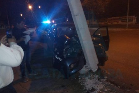 Alcoholizado, joven destroza su auto y un poste