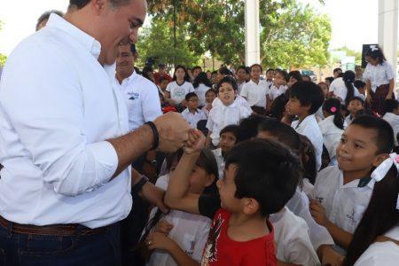 Renán Barrera entrega becas a estudiantes meridanos