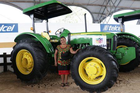 Teresita cumple su sueño: ya tiene tractor para trabajar el campo con sus hijos