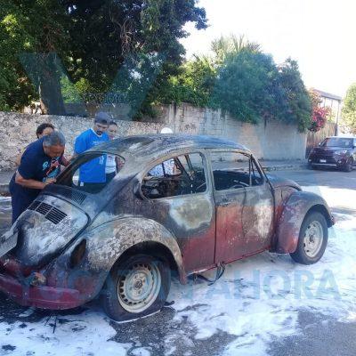 Arde Volkswagen en la calle de los Mariachis, en la colonia Bojórquez